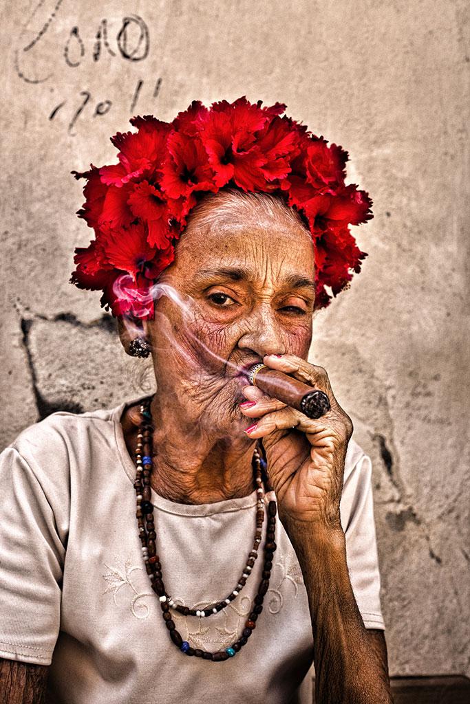 Elva portrait photo by Réhahn - cigar smoker in Cuba